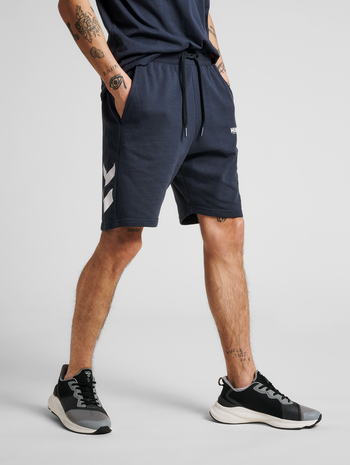 hmlLEGACY SHORTS, BLUE NIGHTS, model