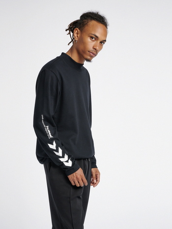 hmlSUBURB T-SHIRT L/S, BLACK, model