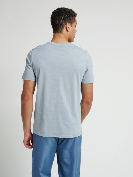 hmlISAM T-SHIRT, QUARRY, model