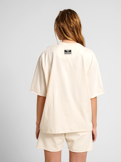 hmlYOUR LOOSE T-SHIRT, UNDYED, model