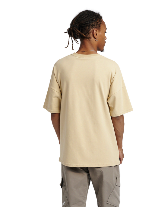 hmlBEACH BREAK T-SHIRT, PALE KHAKI, model