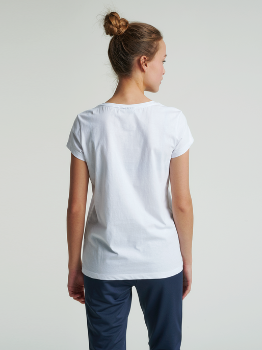 hmlCYRUS T-SHIRT, WHITE, model