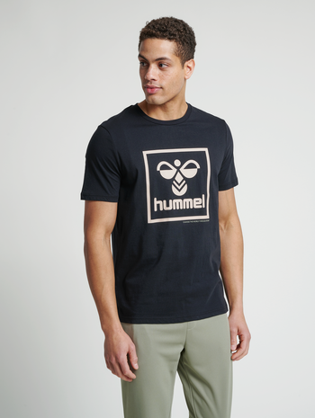 hmlISAM T-SHIRT, BLACK/HUMUS, model