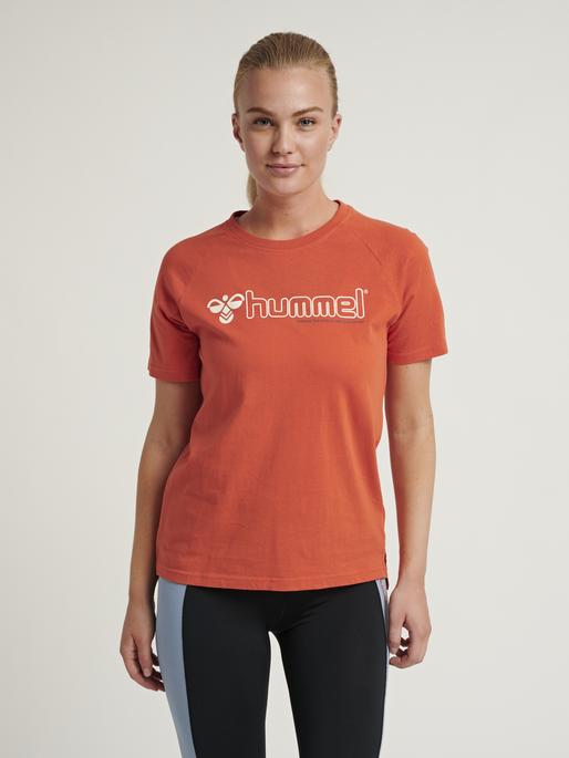 hmlZENIA T-SHIRT S/S, CHILI, model