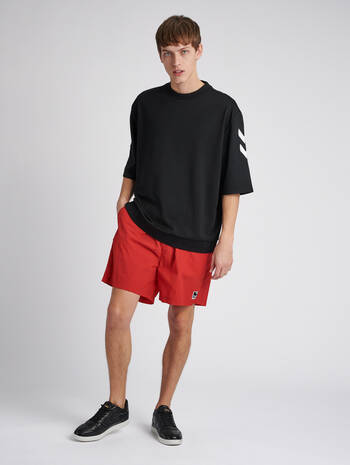 hmlVEJR OVERSIZED SHORTS, TRUE RED, model