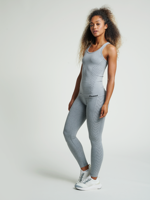 hmlCI SEAMLESS TOP, GREY MELANGE, model