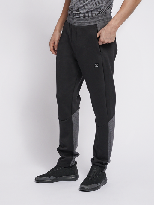 hmlTROPPER TAPERED PANTS, BLACK, model