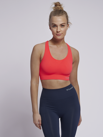 SUE SEAMLESS SPORTS TOP, FIERY CORAL, model