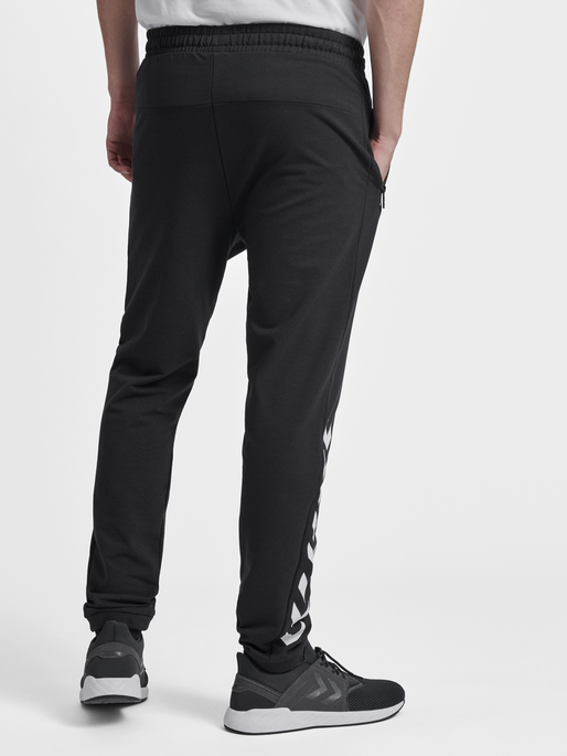 HMLRAY PANTS, BLACK, model