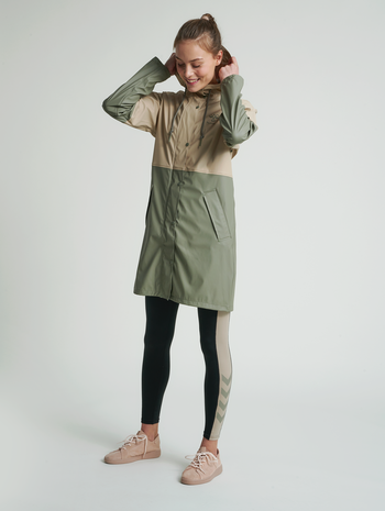hmlJADE RAIN COAT, HUMUS, model