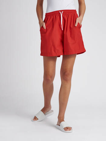 hmlFYR OVERSIZED SHORTS, TRUE RED, model