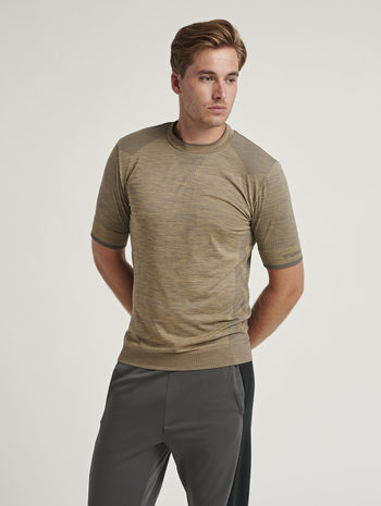 hmlTRACKER SEAMLESS T-SHIRT, LARK/MAGNET, model