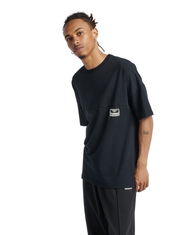 hmlBEACH BREAK T-SHIRT, BLACK, model