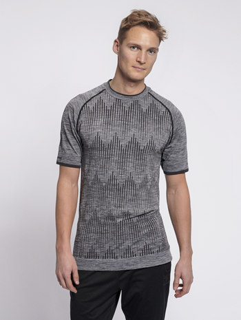 hmlMORTEN SEAMLESS T-SHIRT S/S, QUARRY, model
